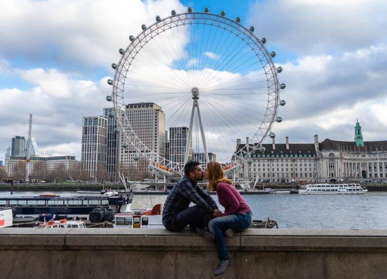 Casal apaixonado viajando em Londres, na Inglaterra.