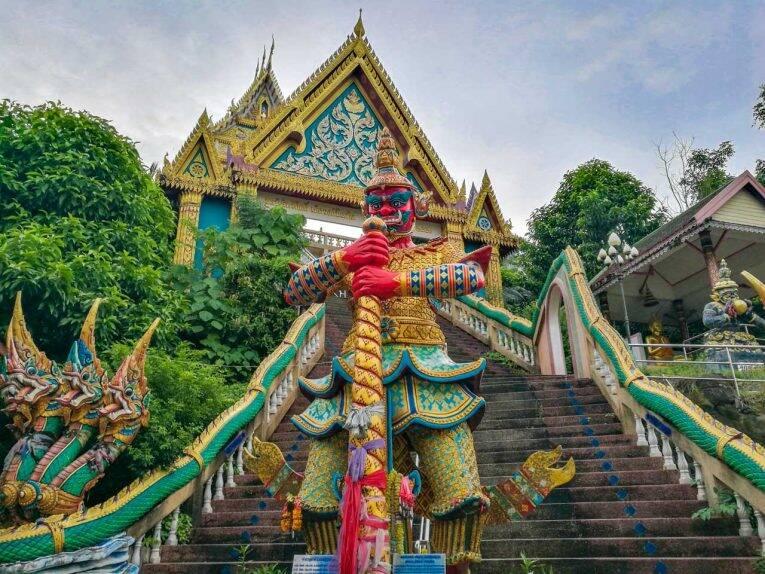 Os templos de Phuket são incríveis.