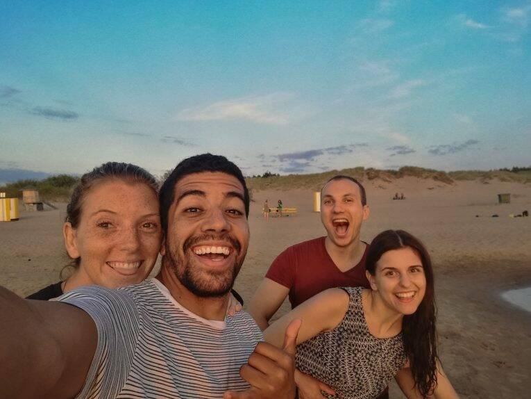 Na praia de Jurmala com Emils e Sabine, na Letônia.