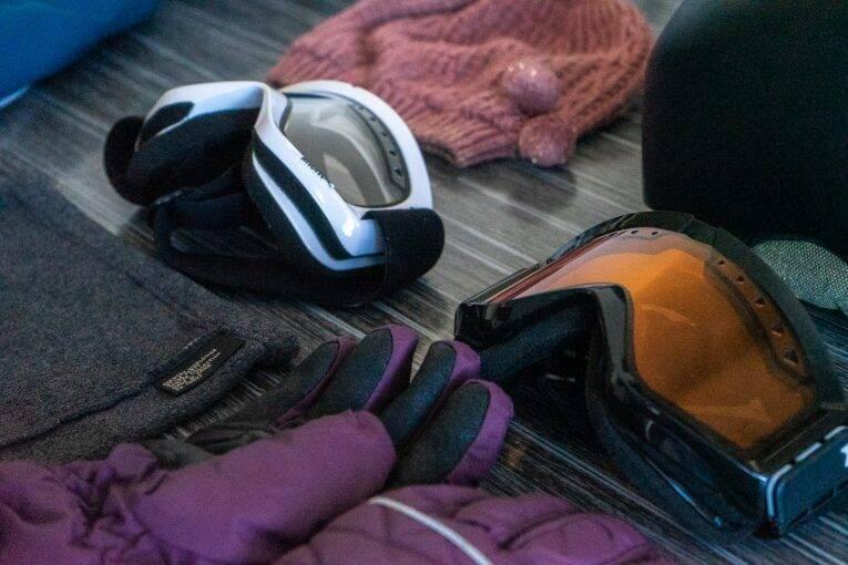 Arrumando a mala de viagem para ski ou snowboard.