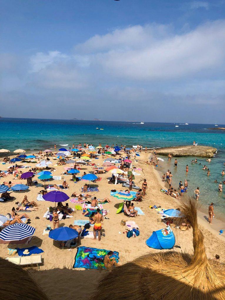 Cala Comte, uma das praias mais conhecidas de Ibiza na Espanha.
