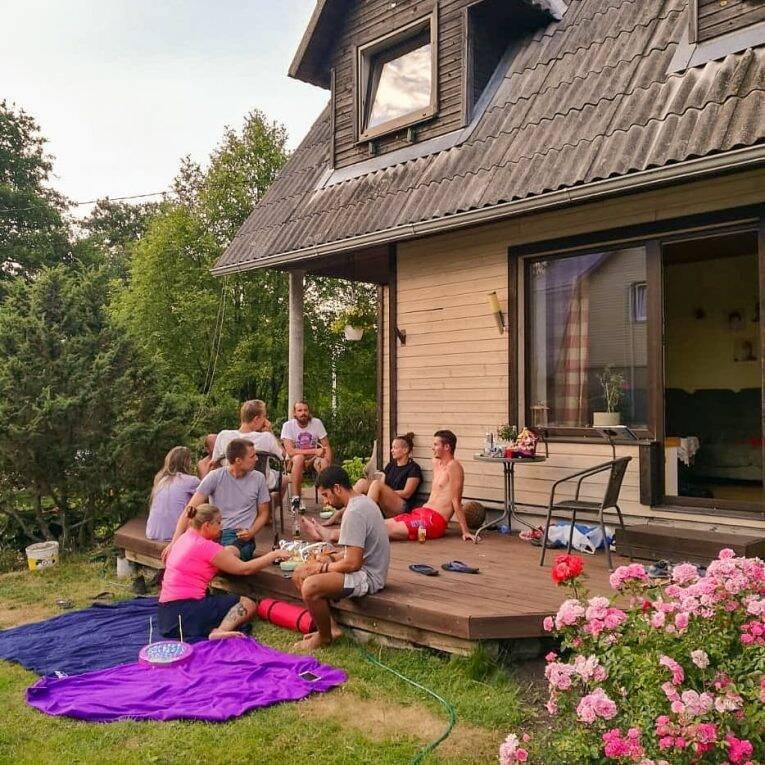 Tardes de verão na Estônia, trocando ideia com os locais. - de carona na Estônia