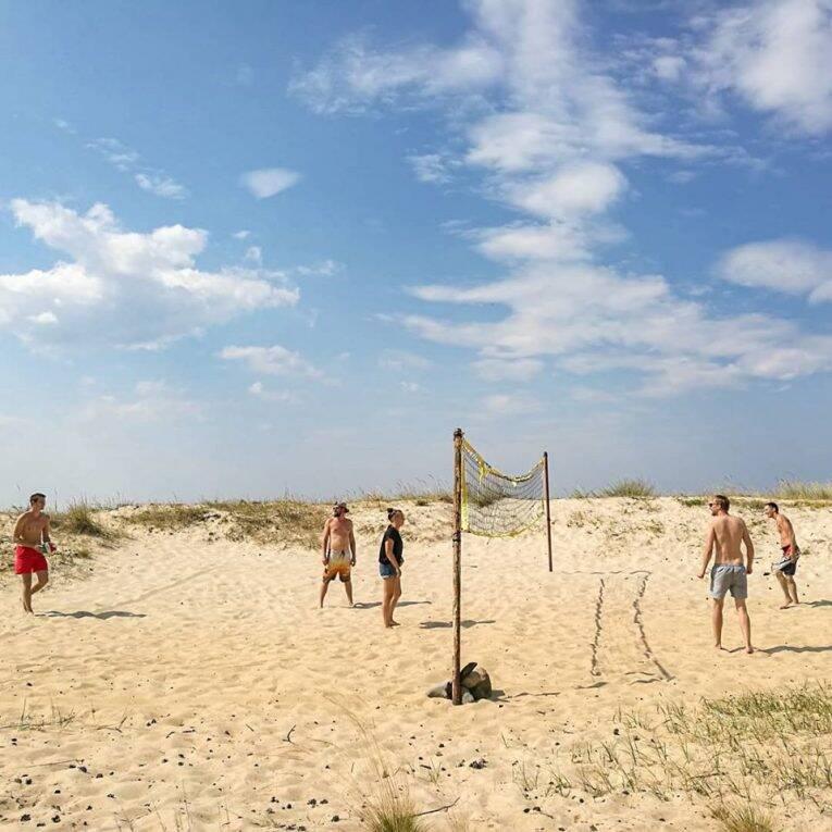 Jogando vôlei nas praias da Estônia. - de carona na estônia europa