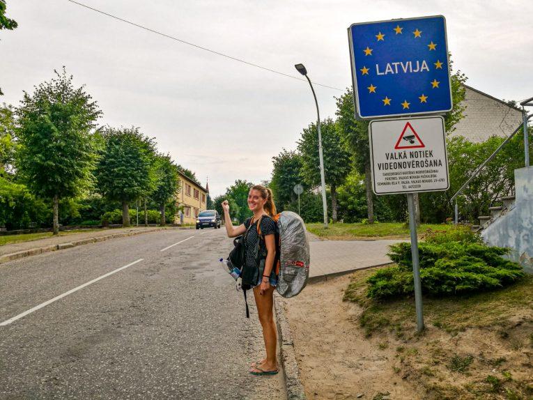 Victória já pisando na Letônia, enquanto eu tirava desde a foto da Estônia. - de carona na Letônia