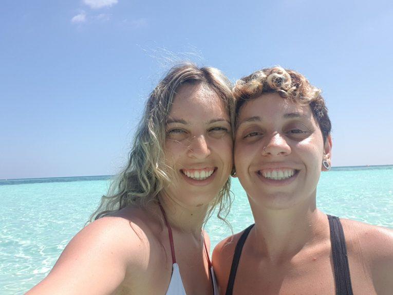 Cristina e Melina curtindo as praias paradisíacas das Maldivas em um mochilão pela Ásia e nos contando custa viajar para Maldivas.