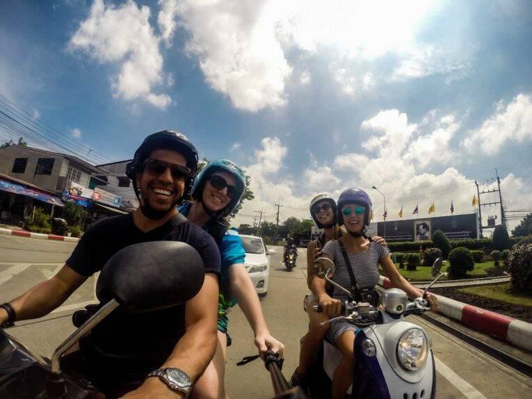 Primeiro dia que alugamos moto na Tailândia e na vida foi em Ayutthaya com as nossas amigas portuguesas do voluntariado.