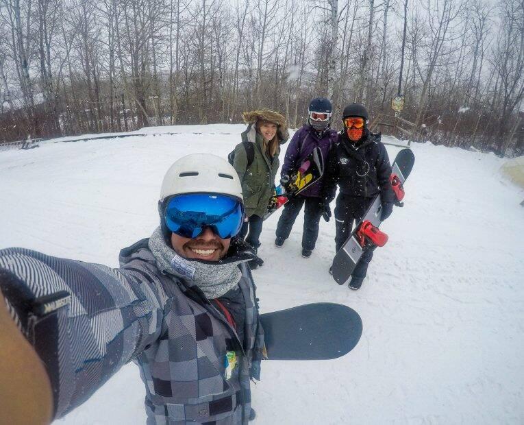 Com os amigos começando o snowboard em Asessippi.