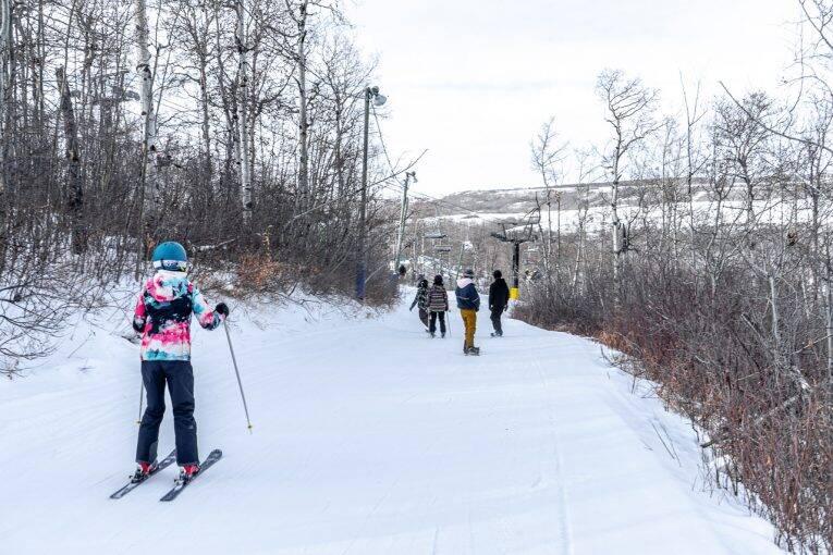 Snowboarders e esquiadores dividem as pistas de Asessippi, no Canadá.