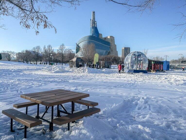 O prédio do museu Human Rights visto desde o parque The Forks. - Winnipeg no inverno