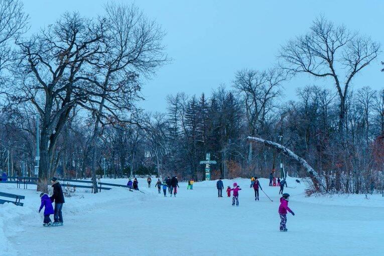 O Duck Pound do Saint Vital Park cheio de crianças patinando entre as ilhas.