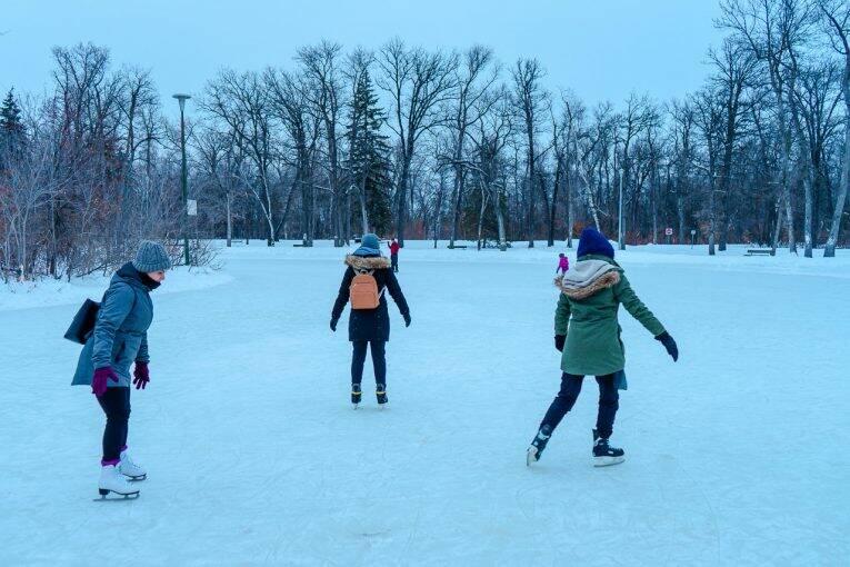 Patinando no lago congelado em Saint Vital Park. Winnipeg no inverno