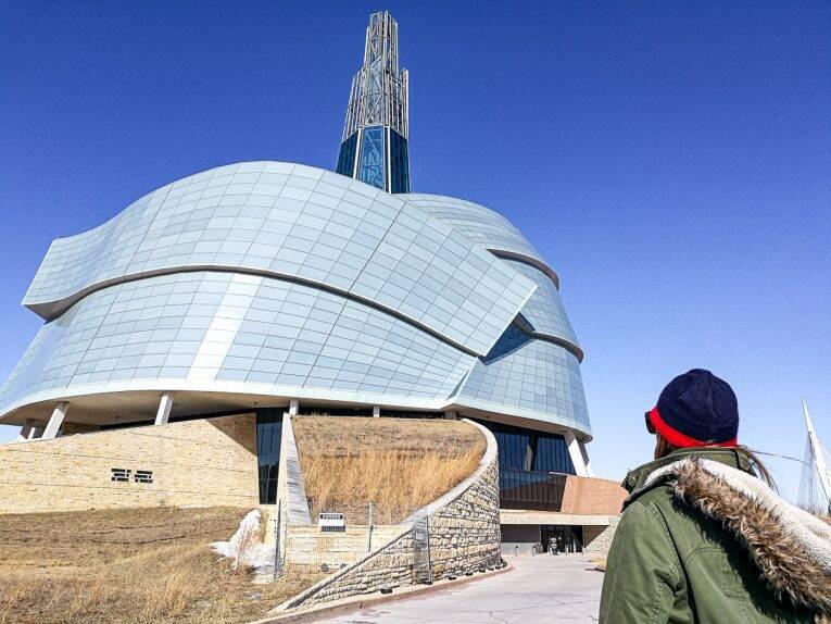 Victória admirando a arquitetura do Canadian Museum for Human Rights. Winnipeg