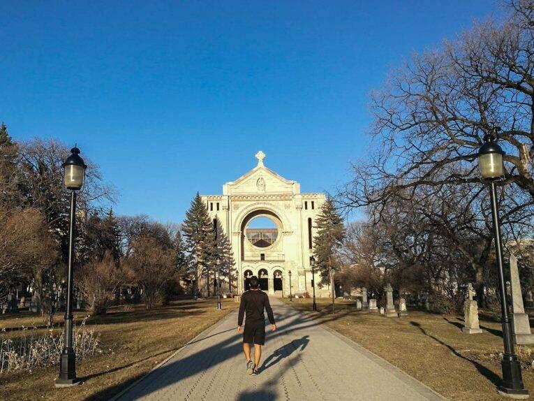 A St. Boniface Cathedral-Basilica nas tardes de verão em Winnipeg.