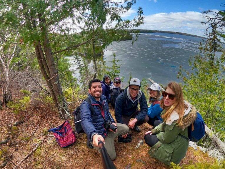 Com amigos brasileiros na trilha do West Hawk Lake.