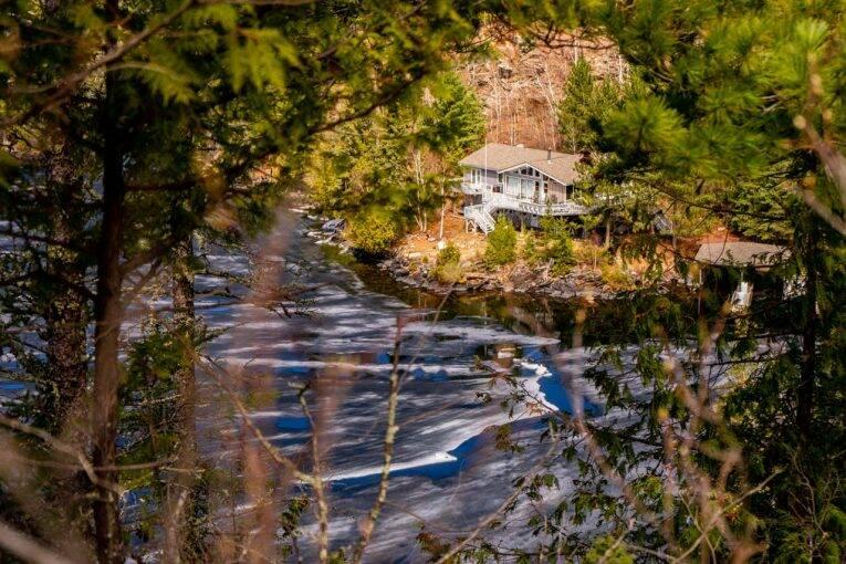 Lago congelado e uma super cabana às margens do lago West Hawk Lake.