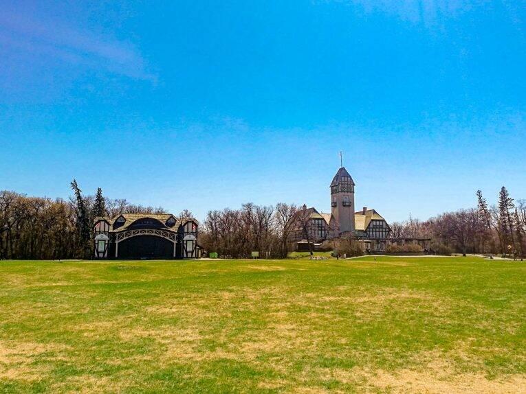Gramado do Assiniboine Park, onde acontecem diversos eventos no verão.
