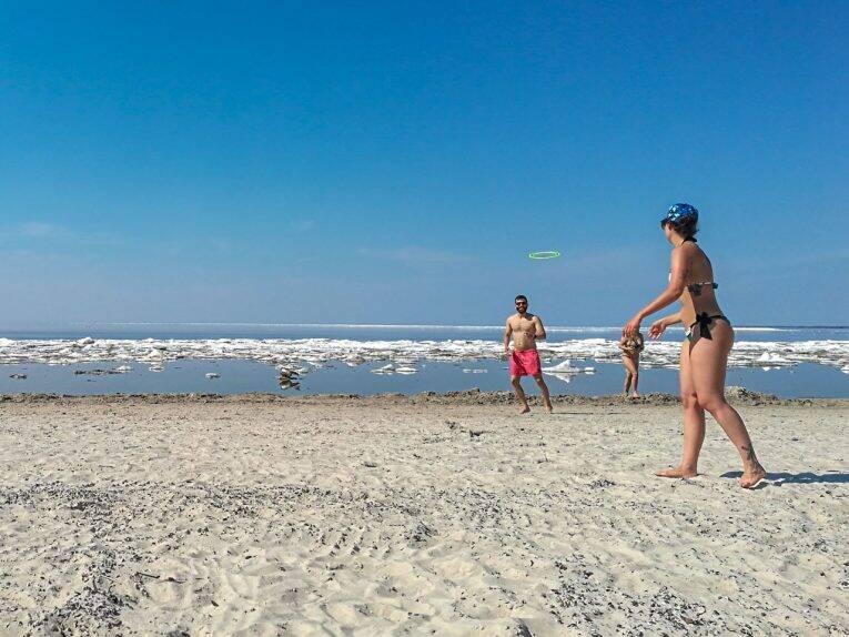 Frisbee na Grand Beach, no Lake Winnipeg.