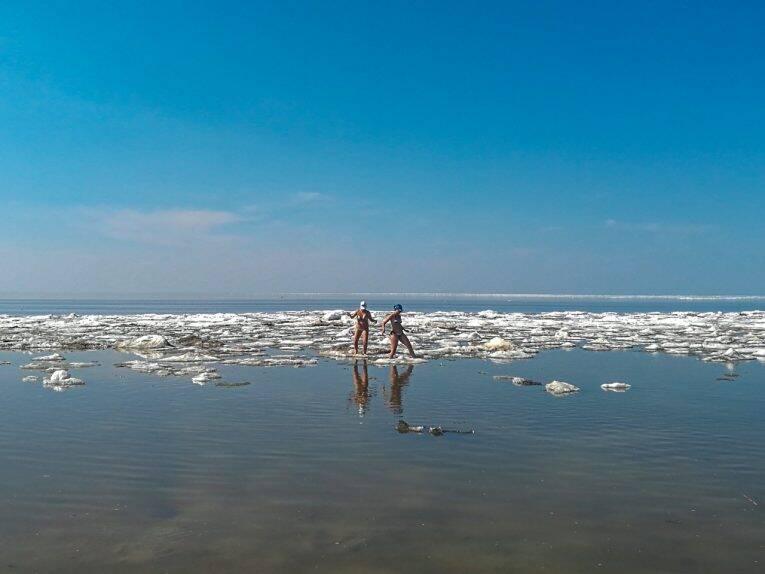 Praia de Winnipeg ainda com gelo no lago.