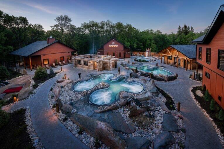 Área de piscinas e spa do Thermea by Nordik Spa-Nature.