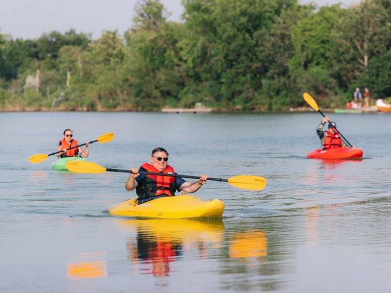 Kayak no lago do FortWhyte Alive. | Foto: Tourism Winnipeg