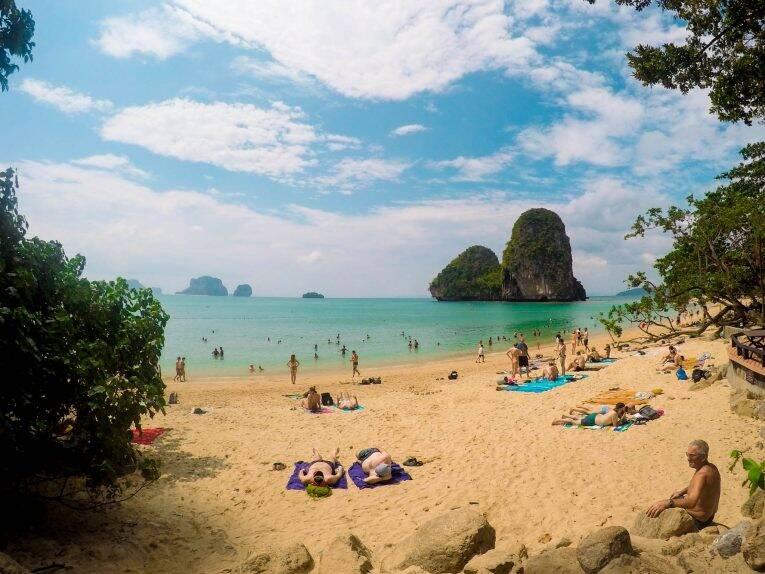 Praia Phra Nang, uma das mais lindas de Krabi.