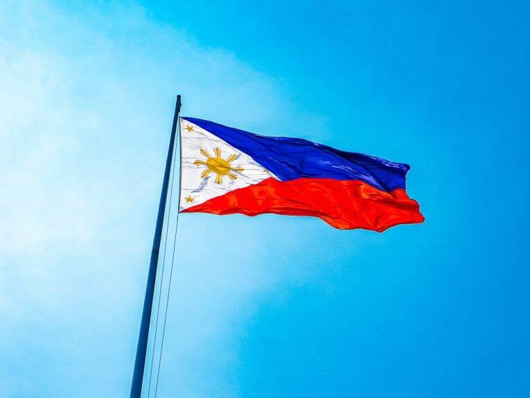 A nossa primeira foto nas Filipinas e a bandeira com um céu lindo. - Filipinas sorriso fácil