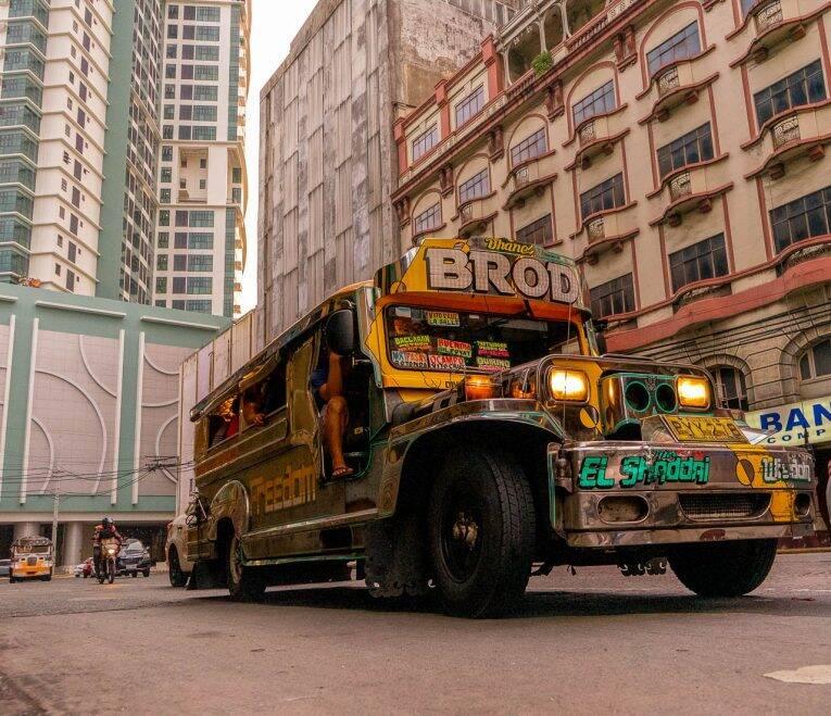 Um Jeepney lotado de filipinos e cores vivas nas ruas de Manila. | Foto: @viagempelasfilipinas