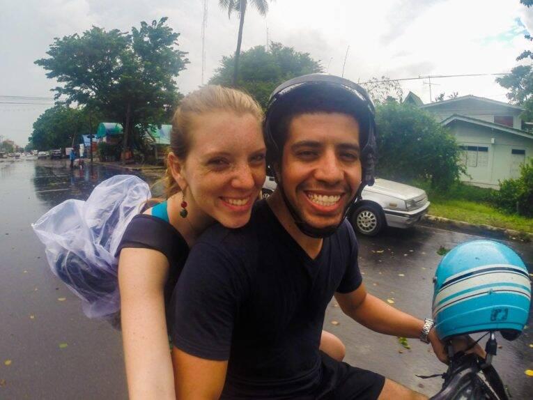 Aluguel de moto com chuva na Ásia