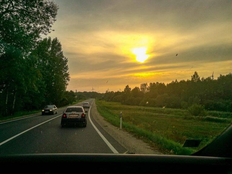 Fim do dia de caronas nas estradas da Letônia. - mochilão pela europa