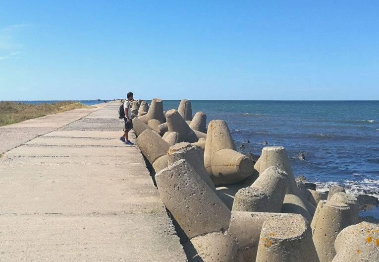 Píer abandonado (North breakwater Liepaja) na região de Karosta, Liepaja. - viagem pela Letônia