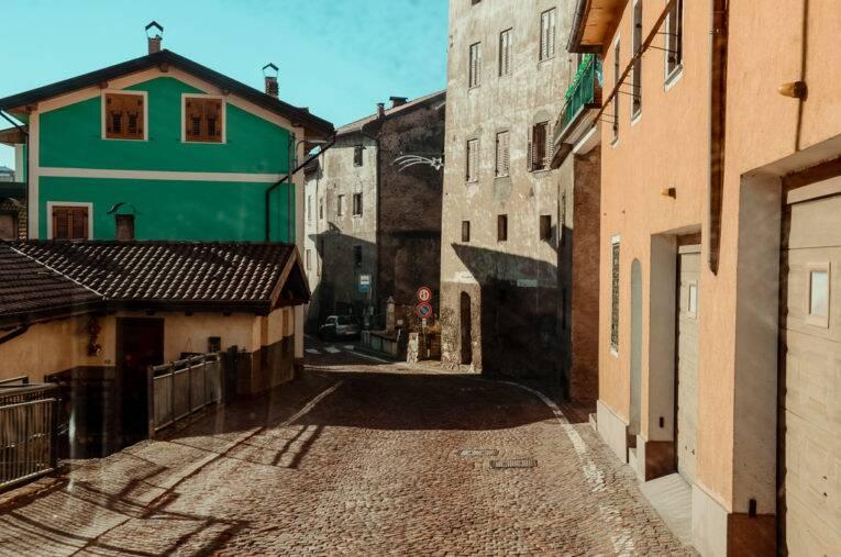 Quando o coração bate mais forte, mas ufa! O tamanho do motorhome cruza pela rodovia que vira uma passagem em mão-única, em Valda, na Itália.