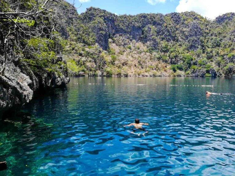 Nadando no Barracuda Lake bem cedo, um pouco antes de a multidão chegar. | Foto: Victória/@viagempelasfilipinas