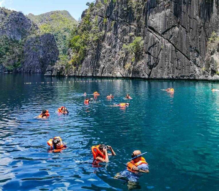 Todos nadando com coletes e snorkel no Barracuda Lake, Coron, Filipinas