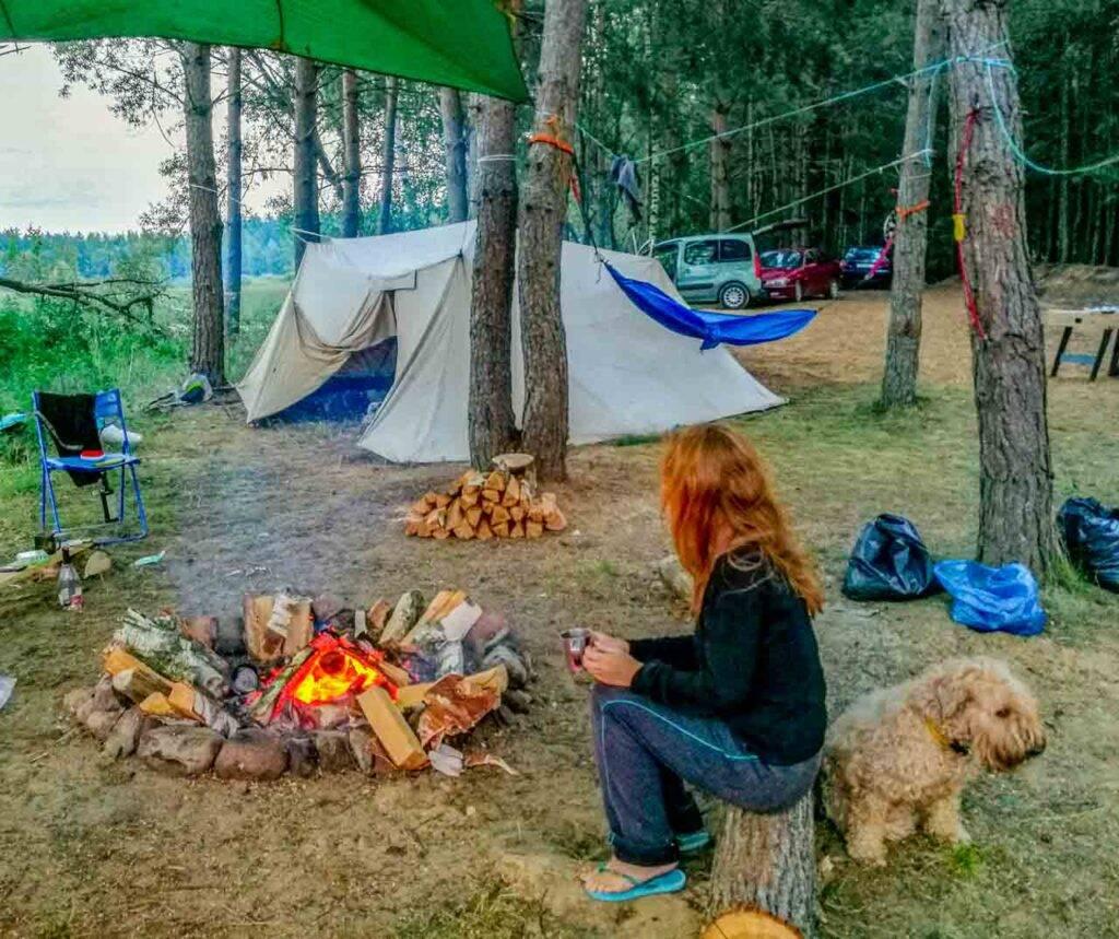 Acampamento na Bielorrússia com redes e barracas.