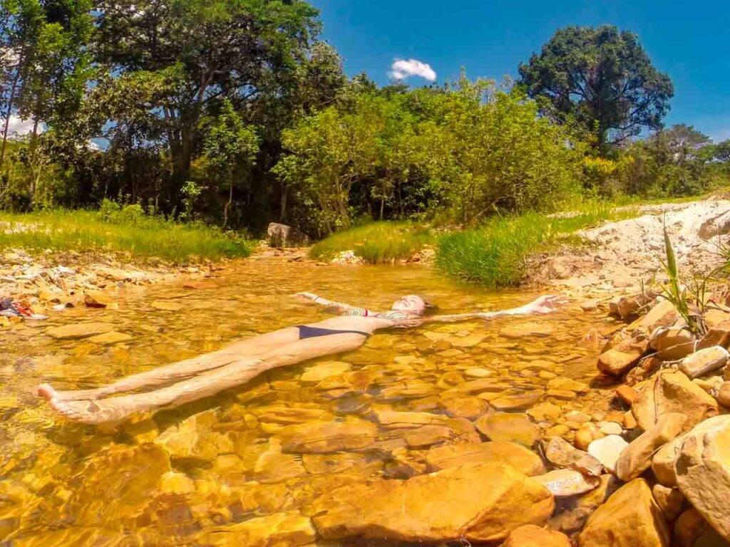 Victória curtindo os pequenos riachos de São Thomé das Letras, em Minas Gerais