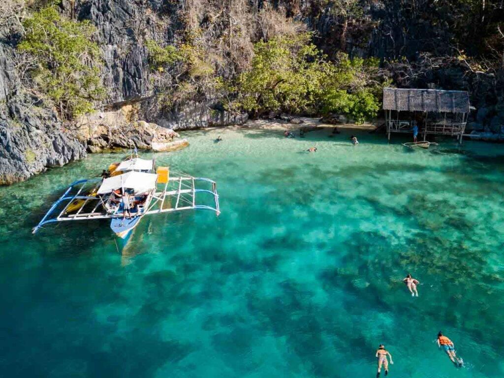 A pequena área onde nós paramos para fazer snorkel no naufrágio Skeleton Wreck em Coron, Filipinas.
