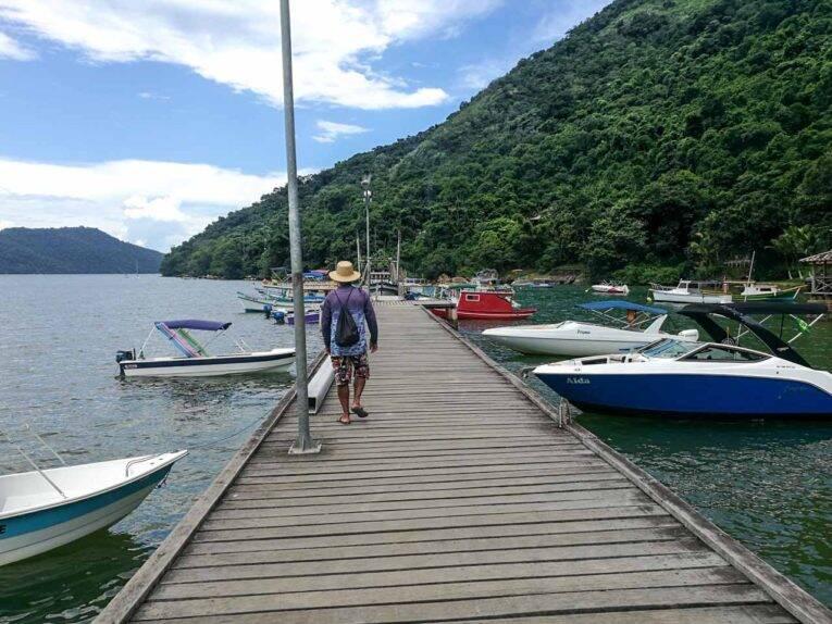 Pier de Paraty Mirim com vários barcos disponíveis para aluguel.