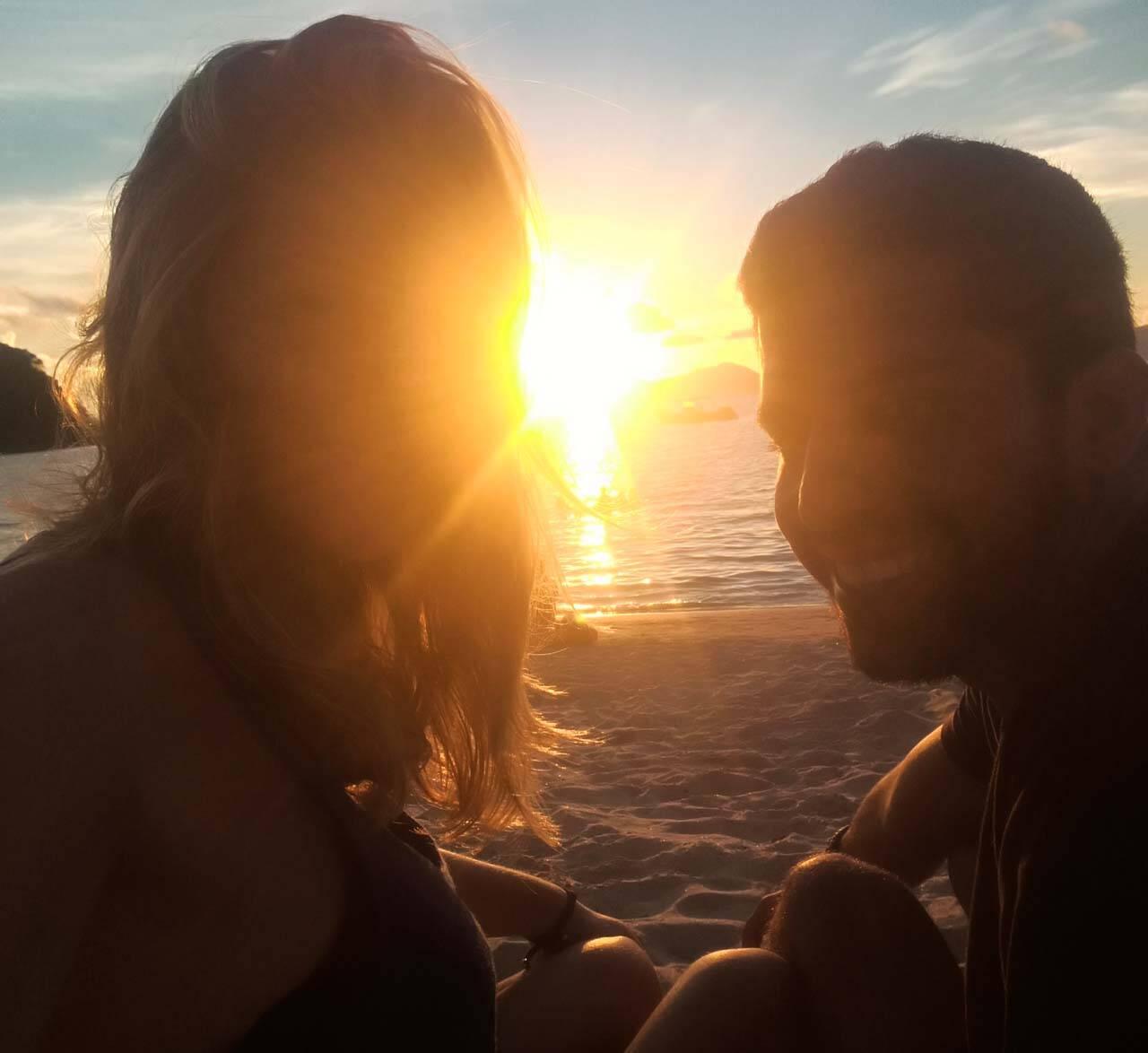 Vendo o pôr do sol na Las Cabañas beach em El Nido.