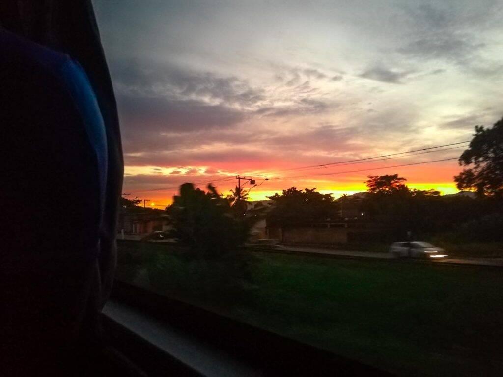 Nascer do sol na estrada de dentro do ônibus de SP para Teresópolis.