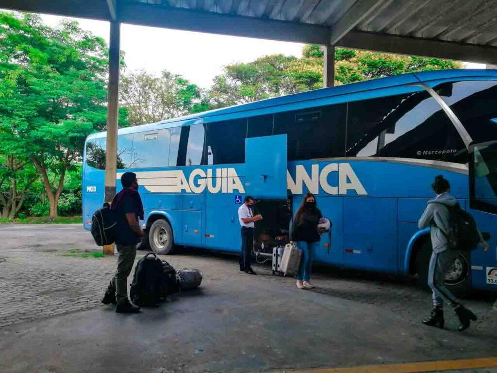 Retirando as malas na chegada a Rodoviária de Teresópolis. - ônibus de SP para Teresópolis - Águia Branca RJ