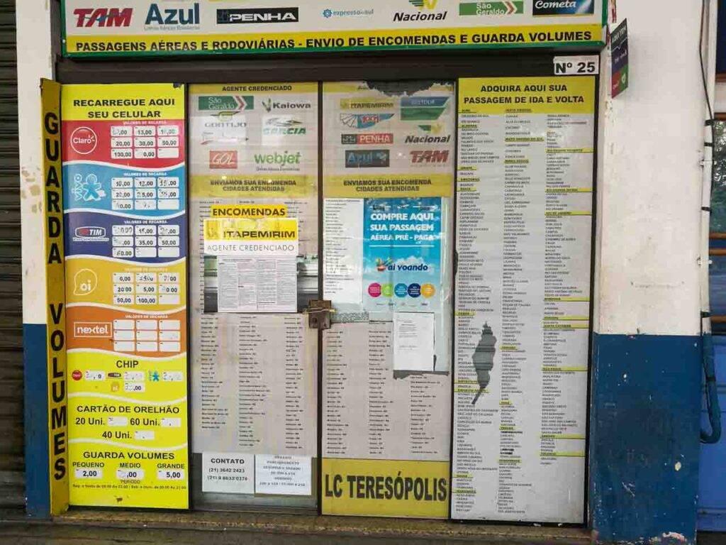 A porta toda enfeitada de uma das agências de viagem na rodoviária de Teresópolis.