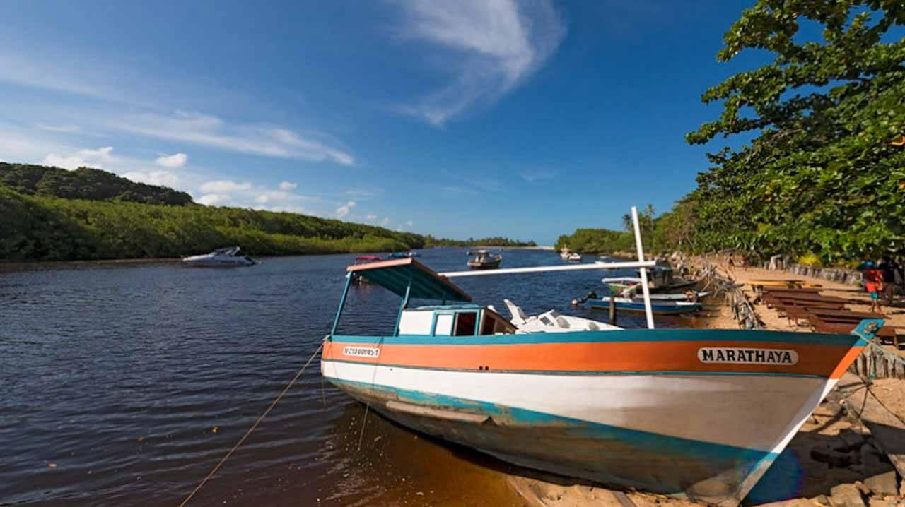 Canoas estilosas em Caraíva na Bahia.
