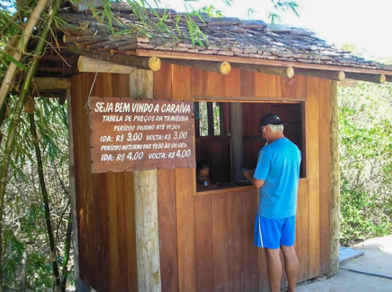 De qualquer modo que escolher chegar em Caraíva você vai ter que pegar as canoas para atravessar o rio e chegar na vilinha.