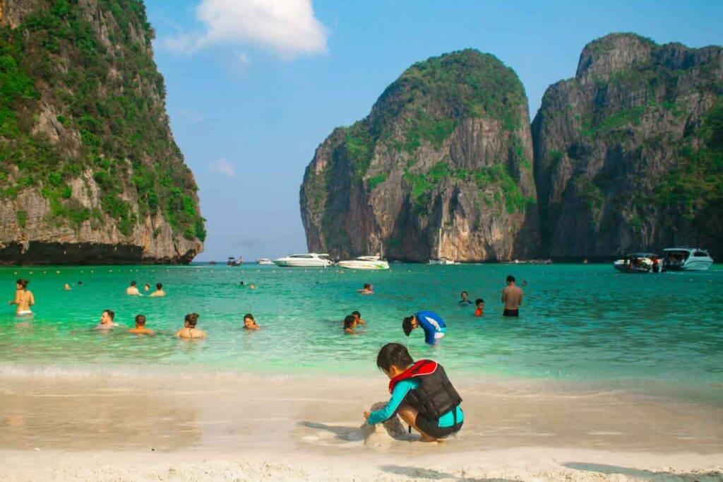 Maya Bay em Phi Phi, Tailândia - crianças na praia
