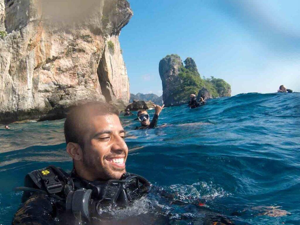 Início do mergulho em Phi Phi com instrutor brasileiro.