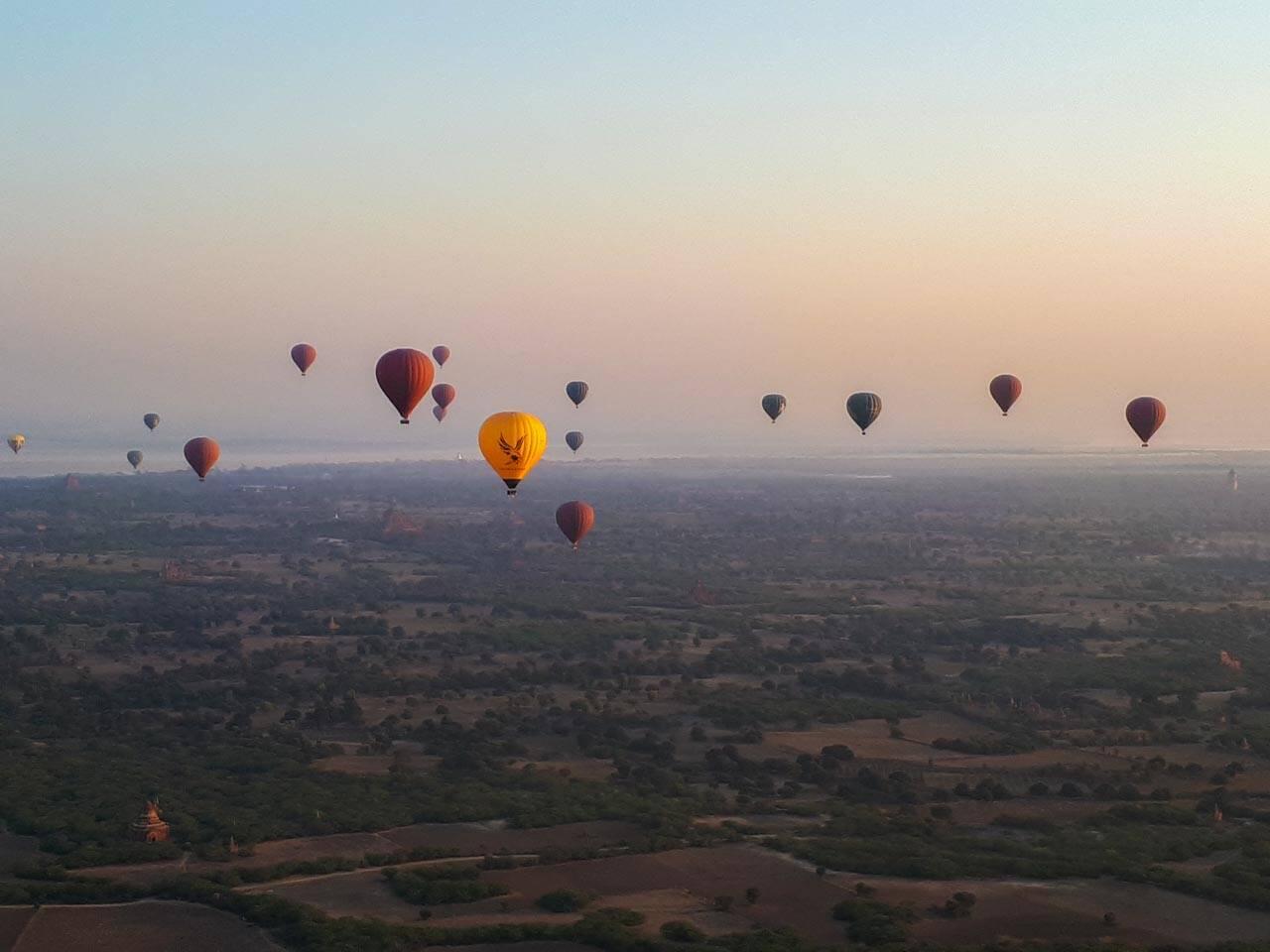 O amanhecer no voo de balão em Bagan.