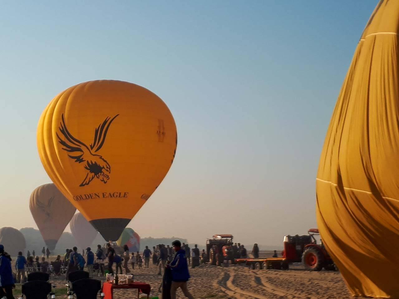 Preparativos para o voo de balão em Bagan no Myanmar.