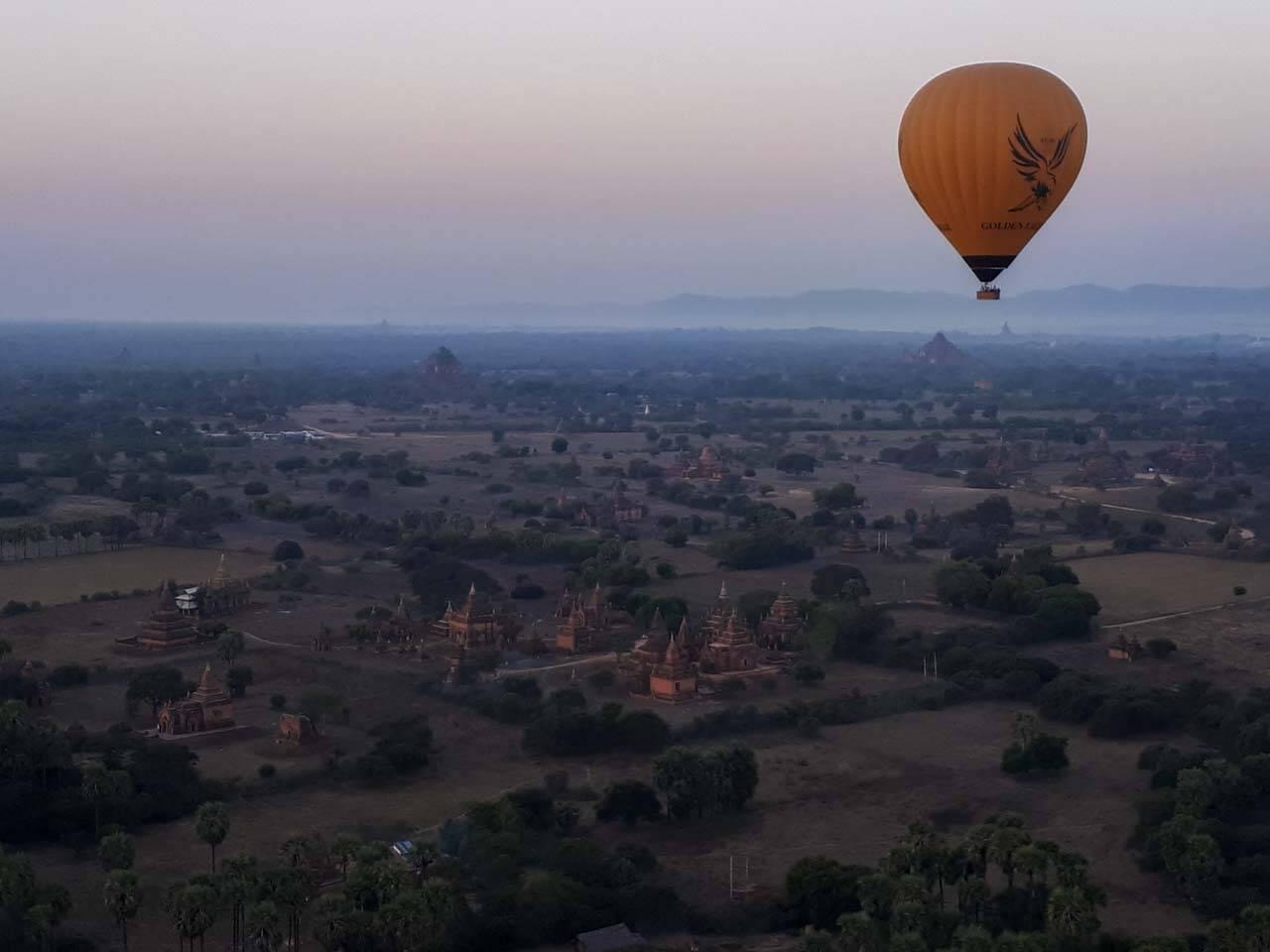 A vista dos balões em Bagan no Myanmar com o céu amanhecendo e os templos.