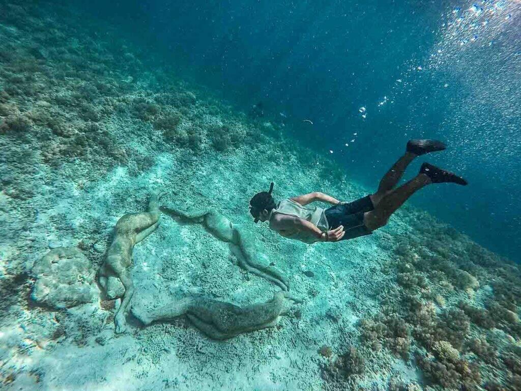 Nadando com as estátuas em Gili Meno, na Indonésia - uma das principais atrações das ilhas Gili - Seguro viagem