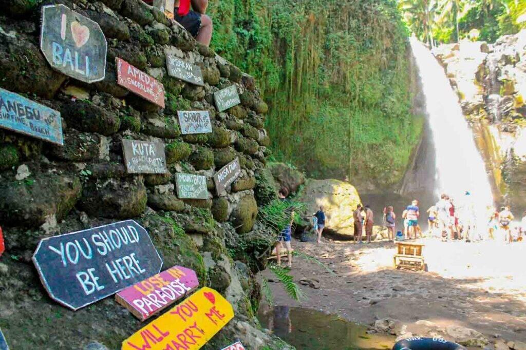 Lembretes, recados e frases nas plaquinhas da Air Tejun Tegenungan waterfall, uma cachoeira na região de Ubud, em Bali